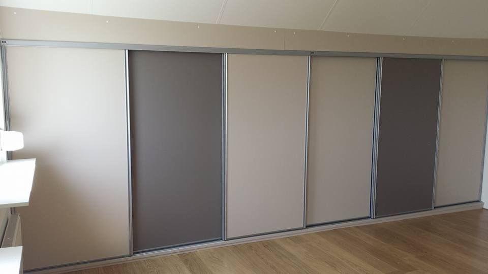 Lage schuifdeuren onder een gording en een schuifwand voorzien van een ...